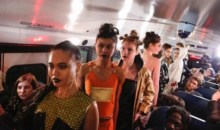Podium in autobuz scolar la New York Fashion Week