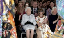 Regina Elisabeta, pentru prima oara la London Fashion Week, insotita de Anna Wintour